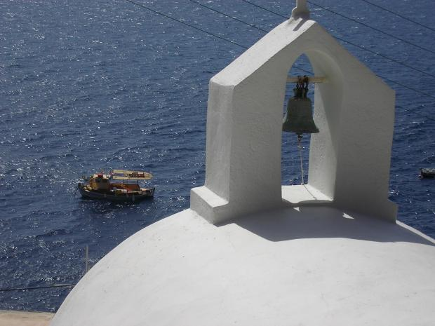 Klok op gebouw in Santorini